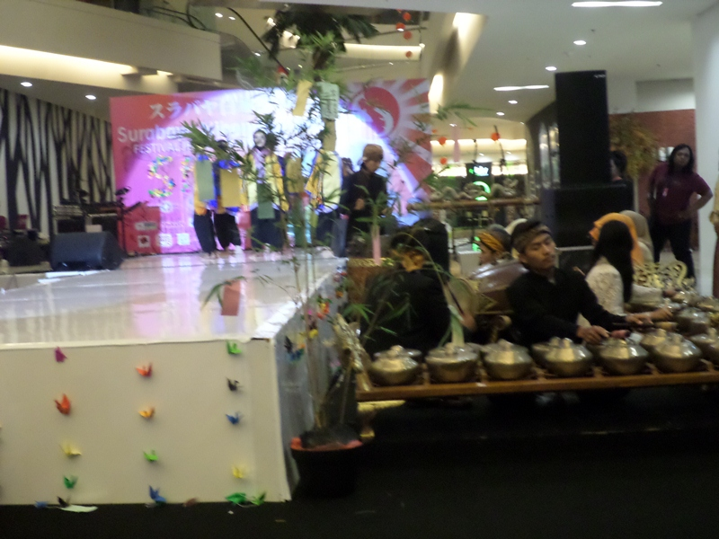 Perform Gamelan dan tarian daerah